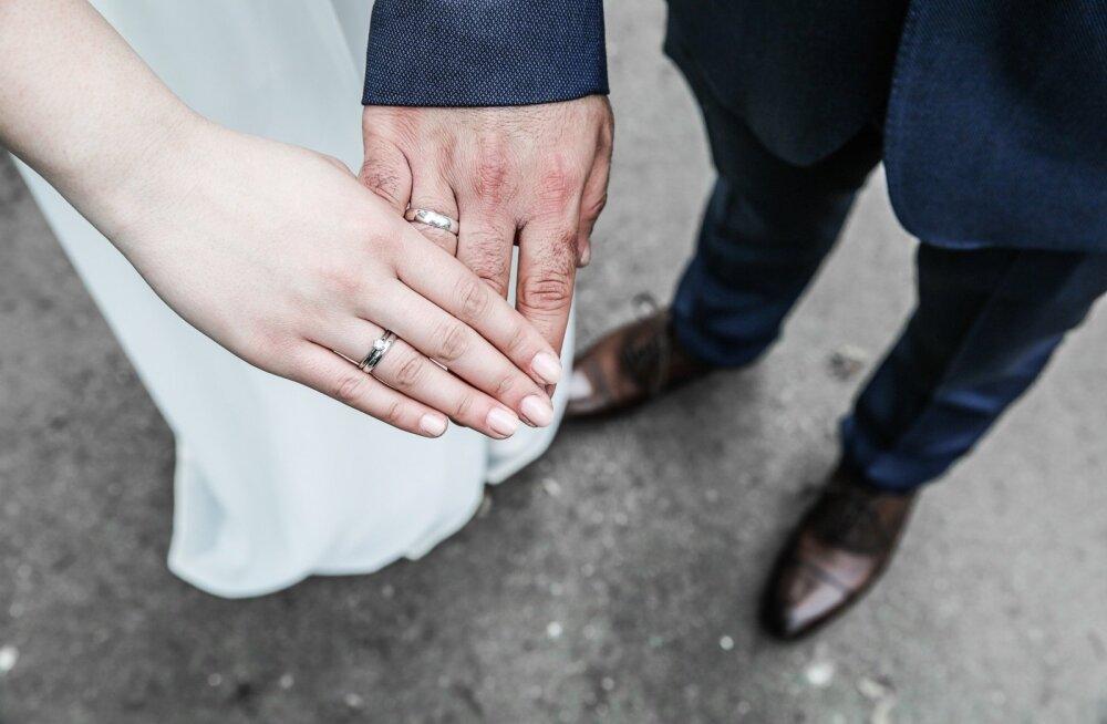 Eesti naised abielluvad üha rohkem raha eest võhivõõrastega