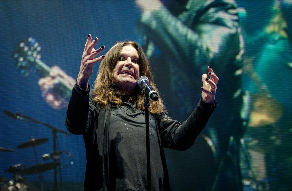 Rokisaurus Ozzy Osbourne Riias Arena laval: mustaks võõbatud silmade ja küüntega nagu ikka.