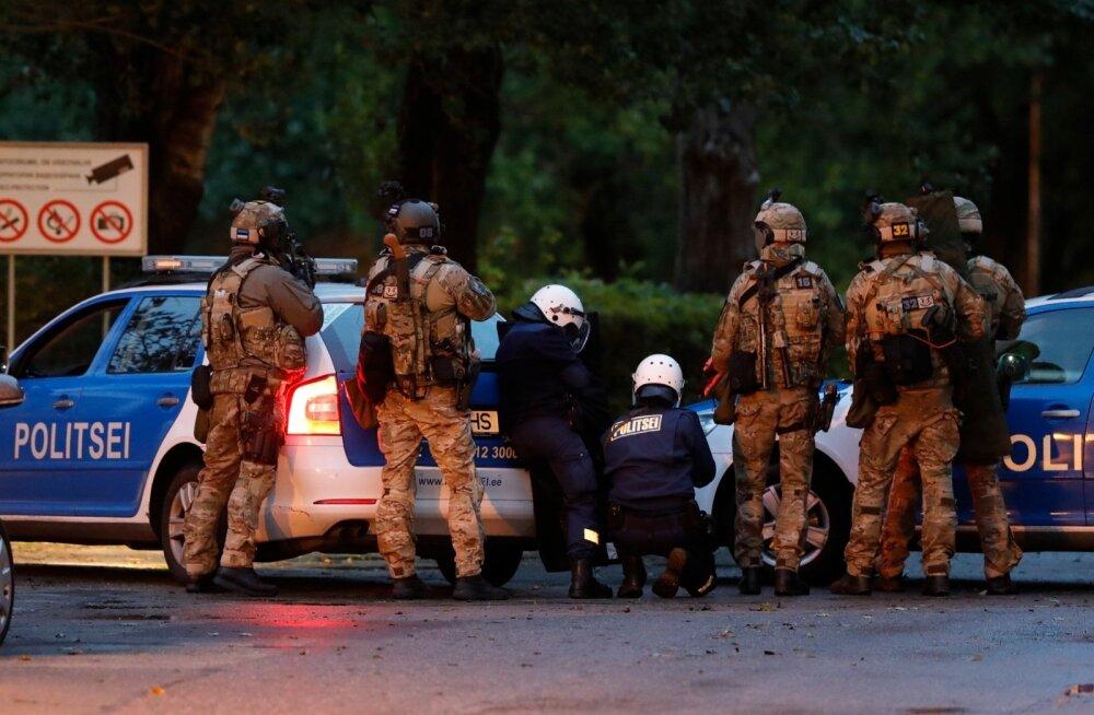 FOTOD: Pürotehnika, paugud ja kopter pea kohal - 400 politseinikku harjutas Kalamajas kurjategijate tabamist