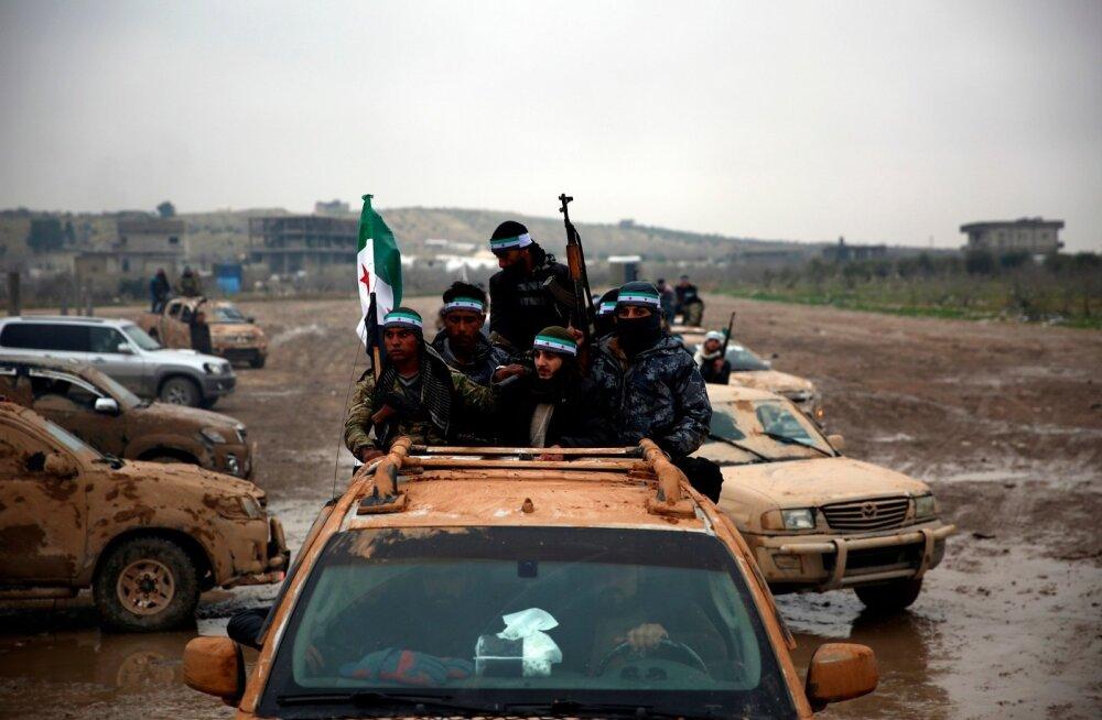 Türgi toetatud Süüria võitlejad üleeile piirilinnas Jarabulusus barakkide juures. Väed on hakanud valmistuma tungima Manbiji linna poole.
