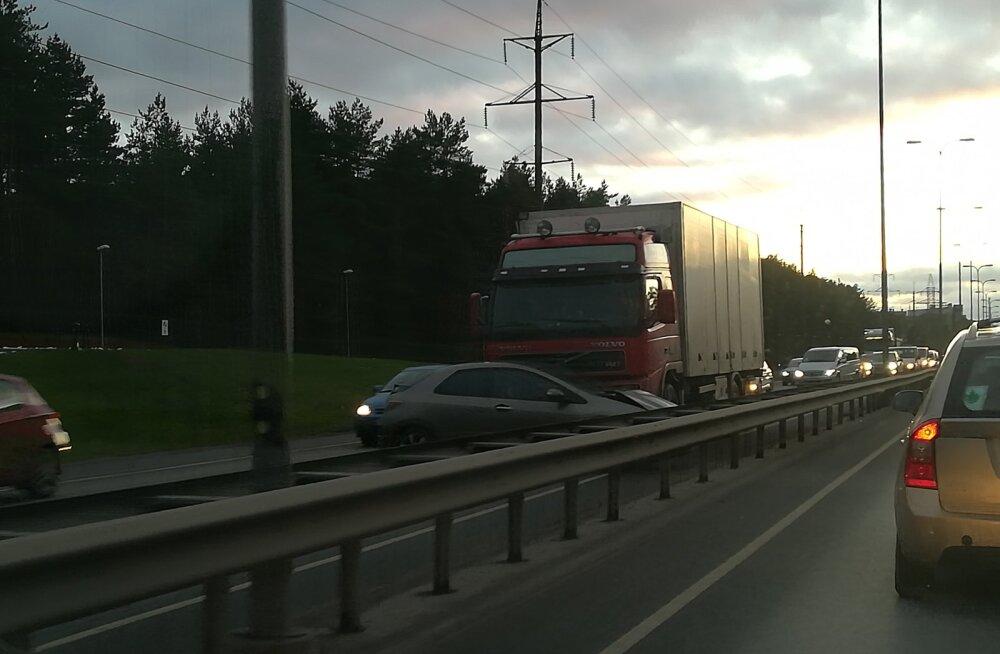 FOTO | Järvevana teel veokile ette sõitnud auto põhjustas pika ummiku