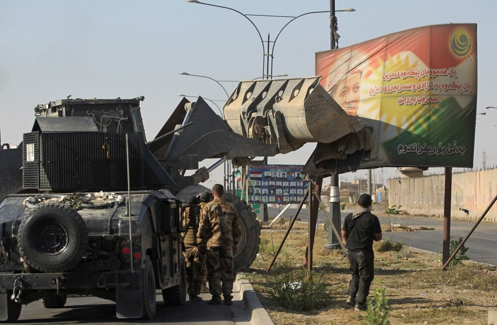 Iraagi sõdurid võtsid Kirkukis kopaga maha kurdide juhi Masoud Barzani plakati.