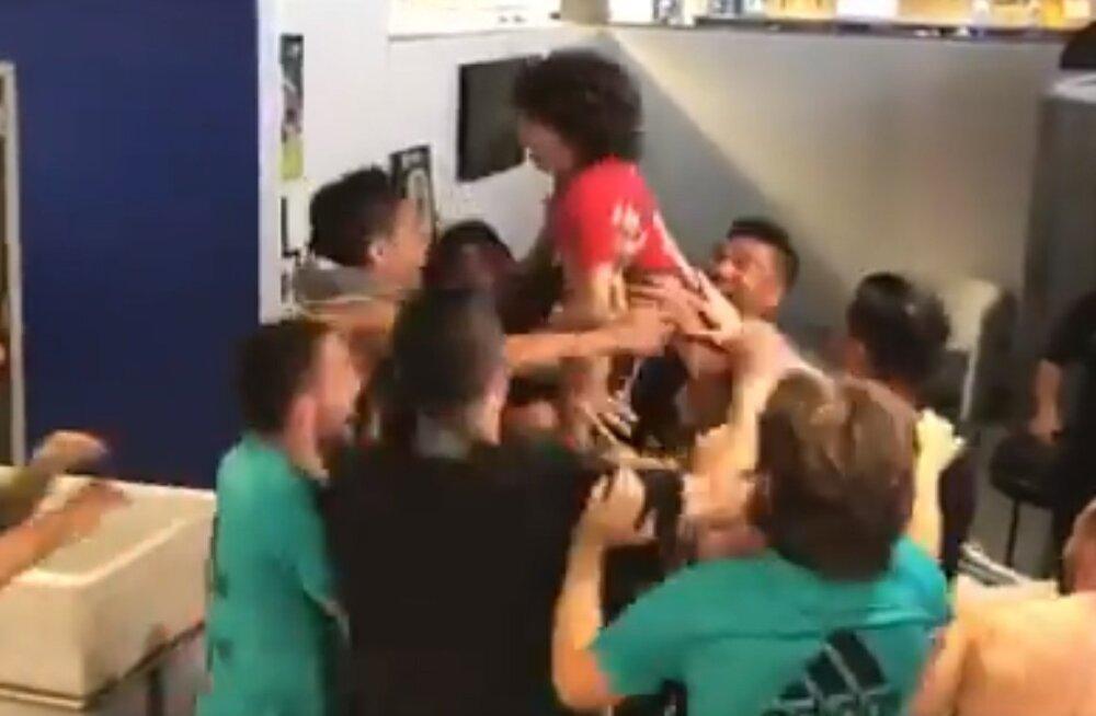 Marcelo poeg (punases) koos Madridi Reali esindusmeeskonna staaridega.