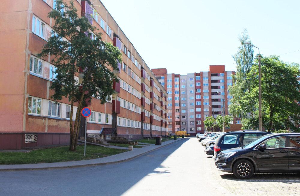 В Нарве в припаркованном возле жилого дома автомобиле обнаружили труп, пролежавший там не один день