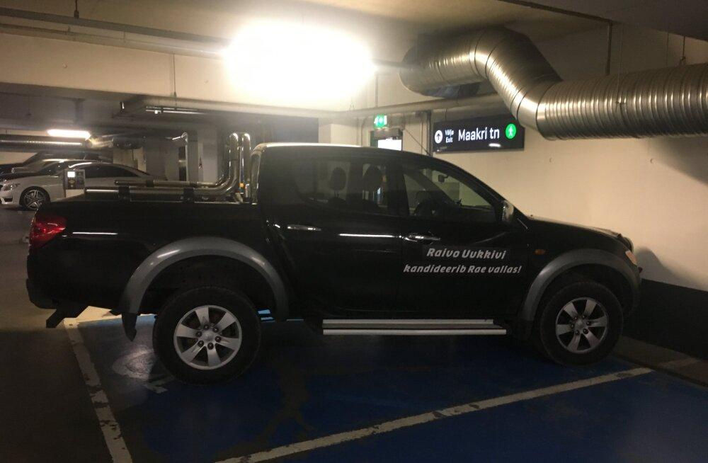 LUGEJA FOTO | Valimisreklaamiga auto parim parkimiskoht on invakoht