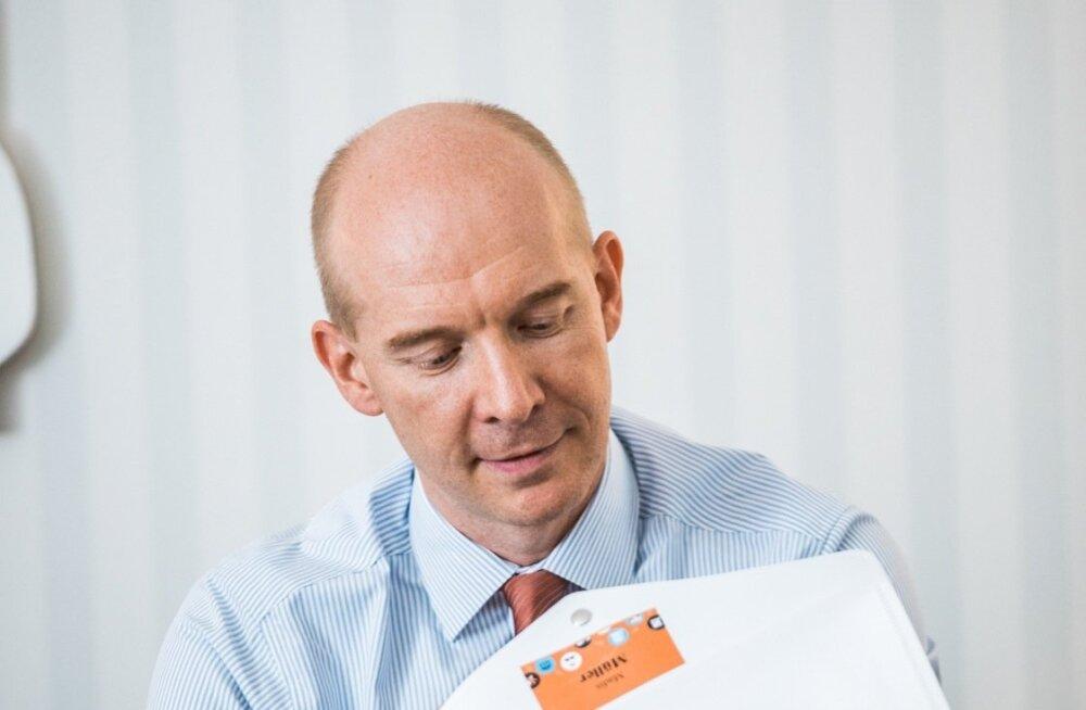 Eesti Panga asejuht Madis Müller vaatab Jackson Hole'i majanduskonverentsi materjale.