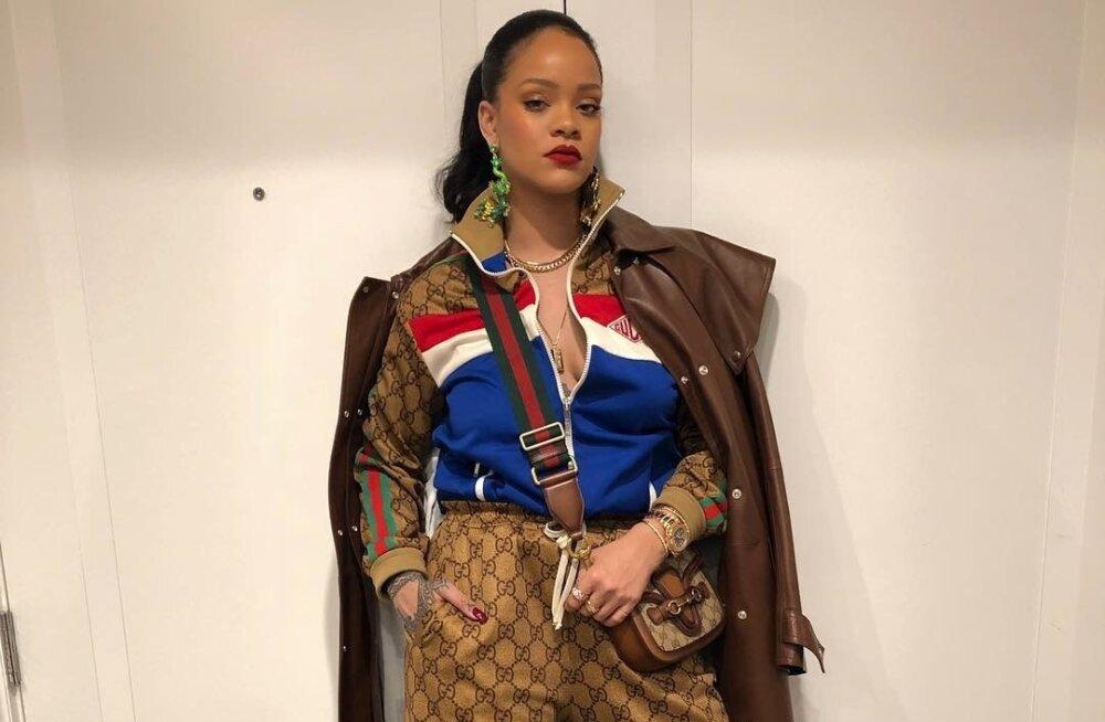 Sportlik glamuur! Popmuusik Rihanna on spordikomplektile lisanud kõrge kontsaga rihmikud ja tolmumantli. Komplekti teevad pidulikumaks suured ja sillerdavad ehted.