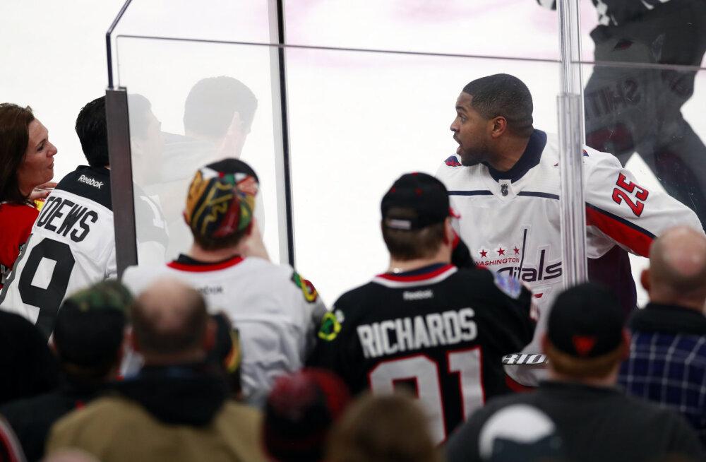 """NHL-is eemaldati tribüünilt mustanahalisele mängijale """"korvpall"""" karjunud fännid, liiga juht mõistis rassismijuhtumi hukka"""