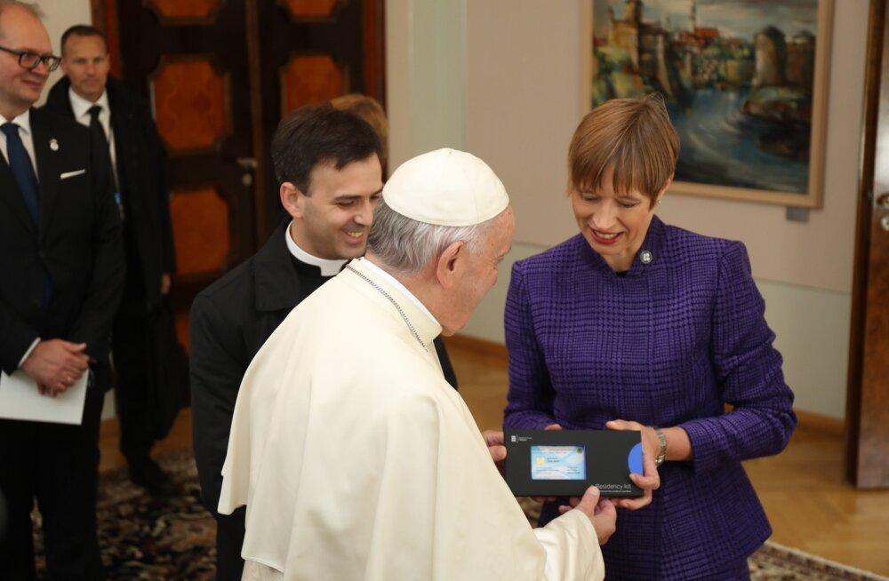 Paavst sai Eesti e-residendiks, aga sõrmejälgi andma ei pidanudki