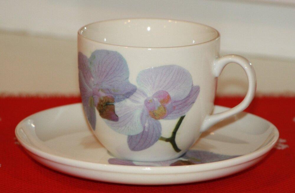 Lemmikkohvitass on kaunistuseks saanud salvrätitehnikas orhideepildi.