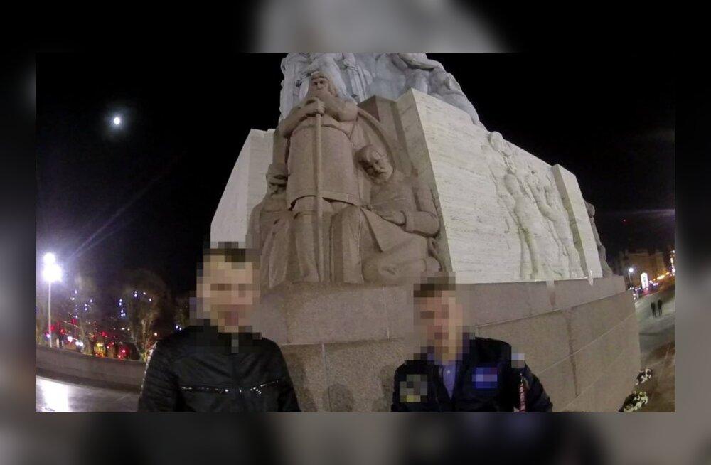 ФОТО: Двое эстонцев вскарабкались на памятник Свободы в Риге