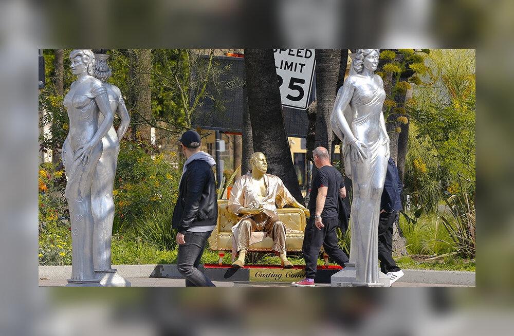"""""""Диван для кастинга"""": Необычная скульптура Харви Вайнштейна на премии """"Оскар"""""""