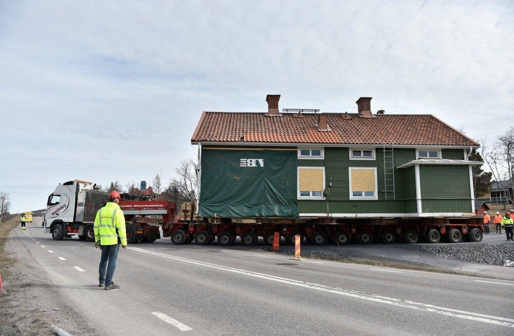 Mitte just tavapäratu pilt tänapäeva Kirunas: maja on veokil ja liigub kogu täiega vanast linnast uude.