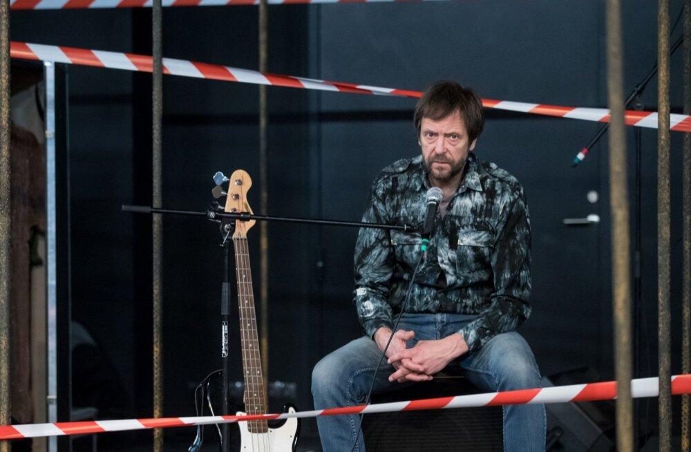"""""""Aeg-ajalt on vaja möödunut meelde tuletada, et jälle samasse auku ei kukuks ega pärast imestaks, kuidas me jälle siin oleme,"""" arvab lavastuses kaasa lööv muusik ja näitleja Ivo Uukkivi."""