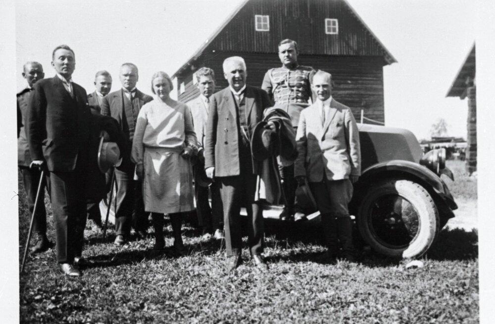 METSADE LAASTAJA: Põllutööminister Oskar Köster (ees vasakul jalutuskepiga) koos riigivanem Jaan Teemantiga (ees paremal) 1927. aastal Tooma katsejaamas külas.