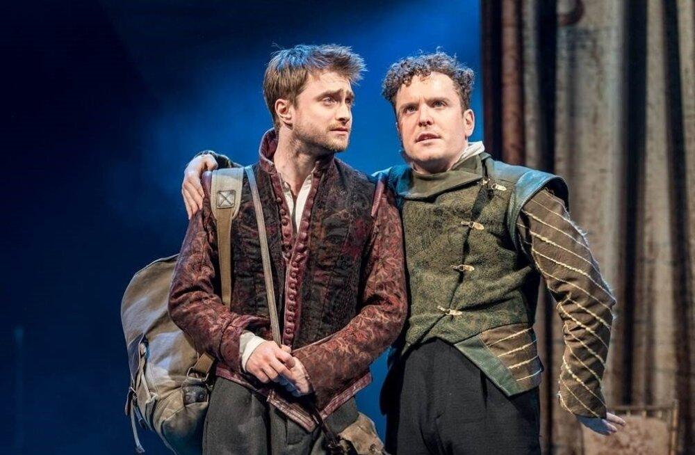 Rosencrantzi ja Guildensterni mängivad laiemale publikule filmimaailmast tuntud Daniel Radcliffe ja Joshua McGuire.