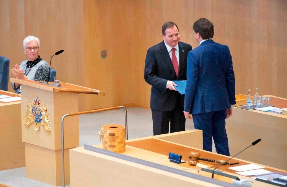 Parlamendi moderaadist esimees Andreas Norlén ulatab värskelt peaministriks kinnitatud Stefan Löfvenile ametipaberid.