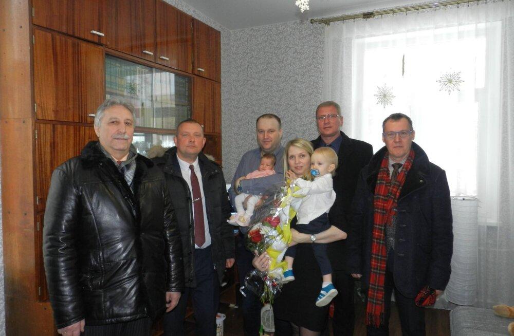 Власти Нарвы и Ивангорода поздравили нарвитянку, родившуюся первой в 2018 году