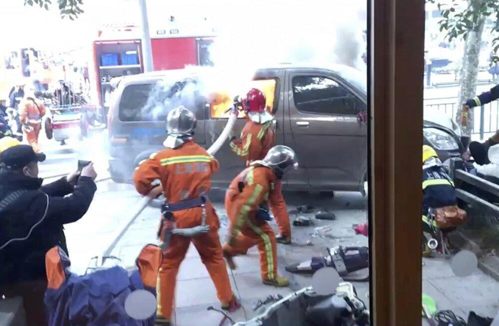 FOTOD ja VIDEO   Shanghais vigastas jalakäijate hulka sõitnud kaubik 18 inimest