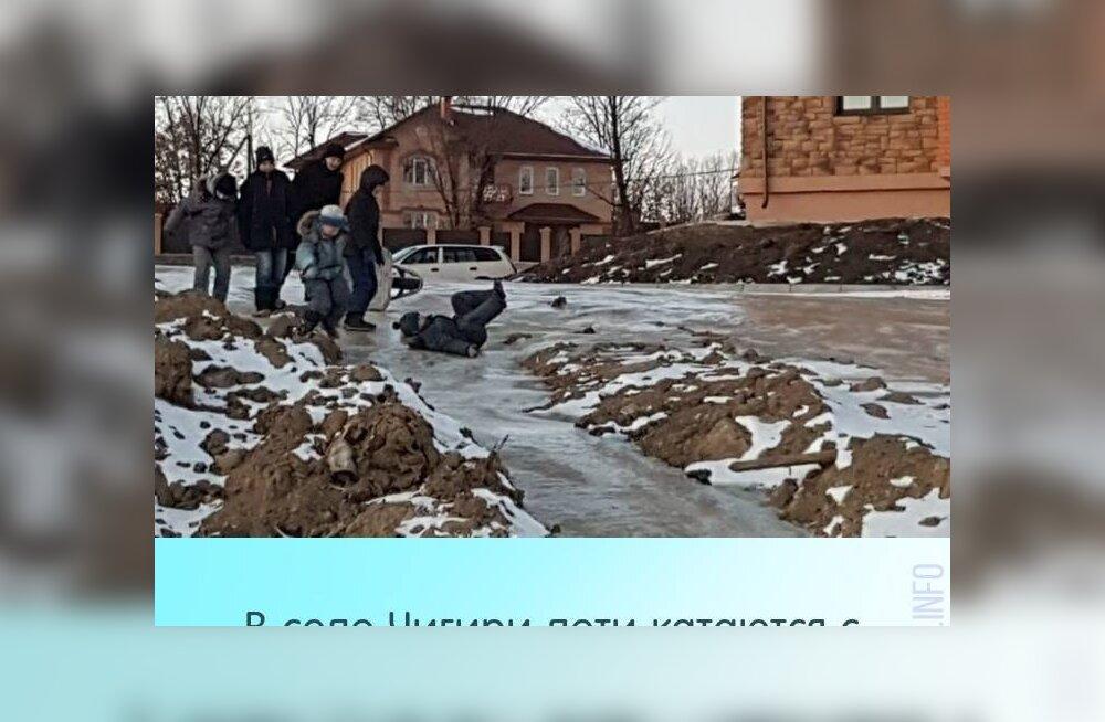 В российском селе дети облюбовали фекальную горку, возникшую из-за коммунальных долгов