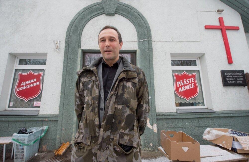 <p>Mart-Peeter Erss vormistas eile Päästearmee rehabilitatsioonikeskuses koduta jäänud meestele toimetulekutoetusi.</p>