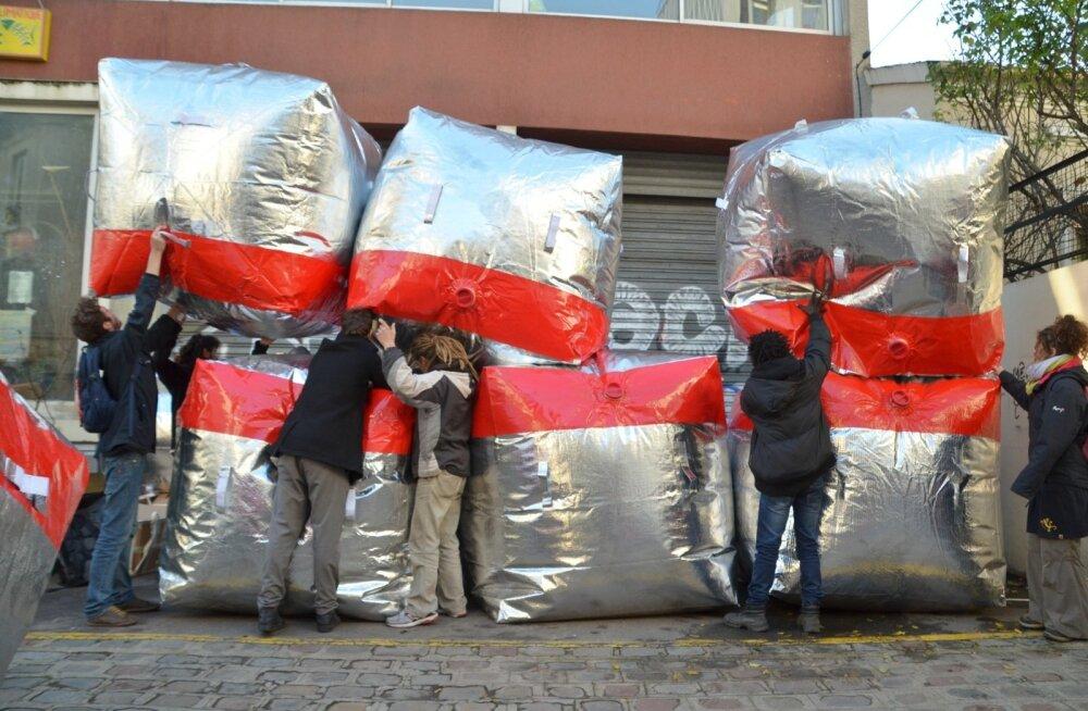 Barrikaadi kiirelt ülesseadmine nõuab aega ning ajal, mil Pariis on kõrgendatud valvsuses, pole aega palju antud.