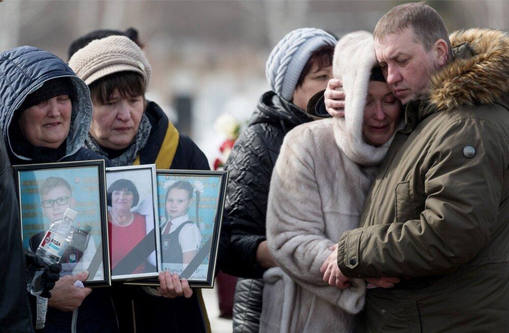 Kemerovos algasid eile põlenguohvrite matused. Pahameeletorm võimude infosulu vastu haaras mitmed linnad üle Venemaa.