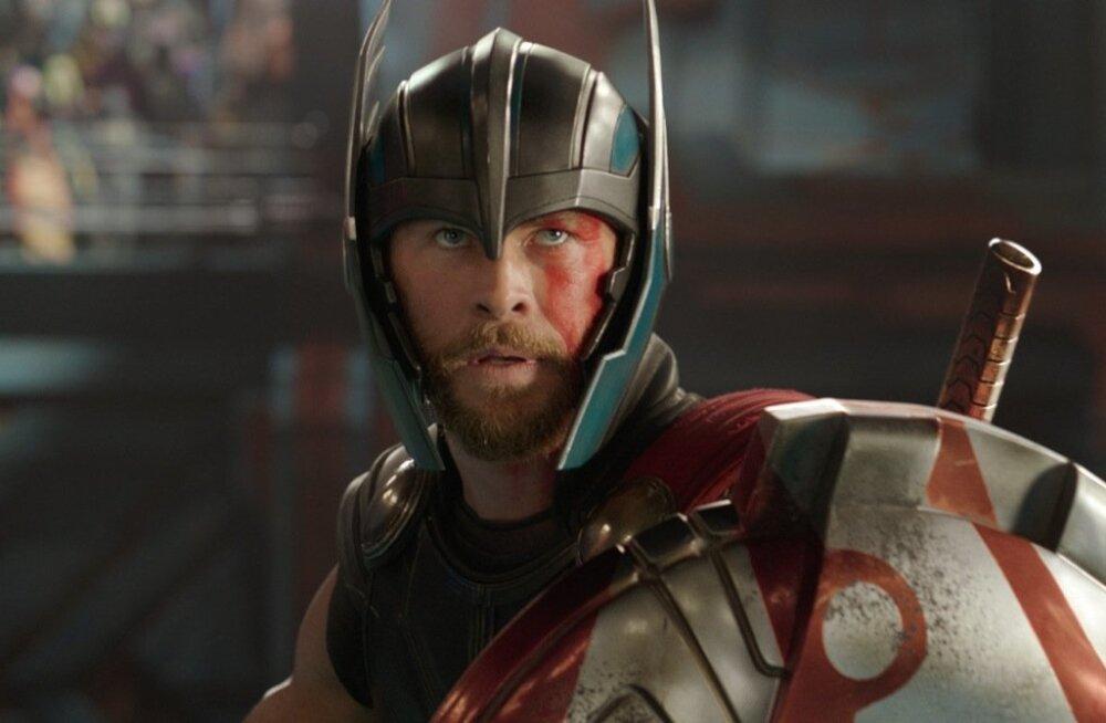Thor (Chris Hemsworth) kaotab oma vasara ja ta müüakse gladiaatoriks.