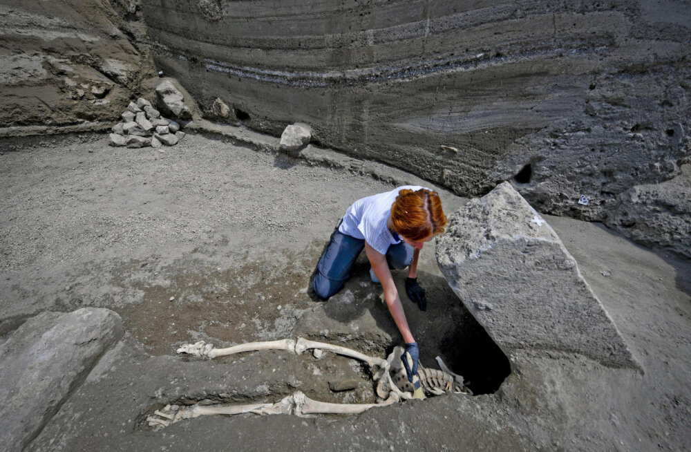 Страшная находка в Помпеях: бежавший от извержения был настигнут огромным камнем