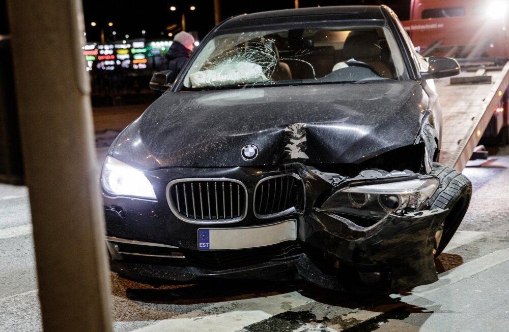 7. seeria BMW sõitis peterburi teel vastu posti