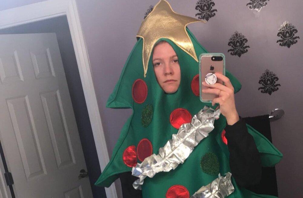 ФОТО: Рождественское настроение! Студентка стала елкой до конца семестра