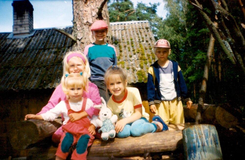 Saskia (vasakul ees) Käsmu suvilas koos oma õe ja sõpradega. Lapsepõlves seal veedetud suved on kasvatanud Saskias loodusearmastust.