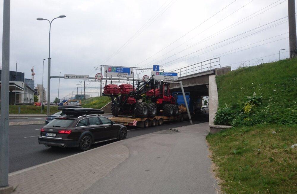 LUGEJA FOTOD | Veoauto sõitis Tallinnas liiklusmärgid maha, rippuv post ohustab kaasliiklejaid