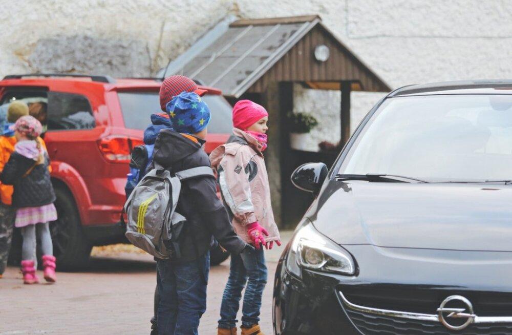 Uuring: autoga kooli sõidutamine muudab lapse apaatseks ja pärsib ta arengut