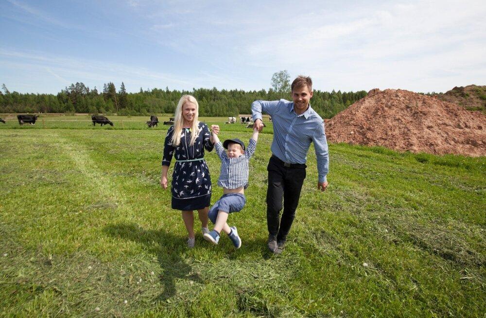 Noorperemees Viljar Veidenberg tunneb taluelust rõõmu koos abikaasa Kadri ja nelja-aastase poja Revoga.
