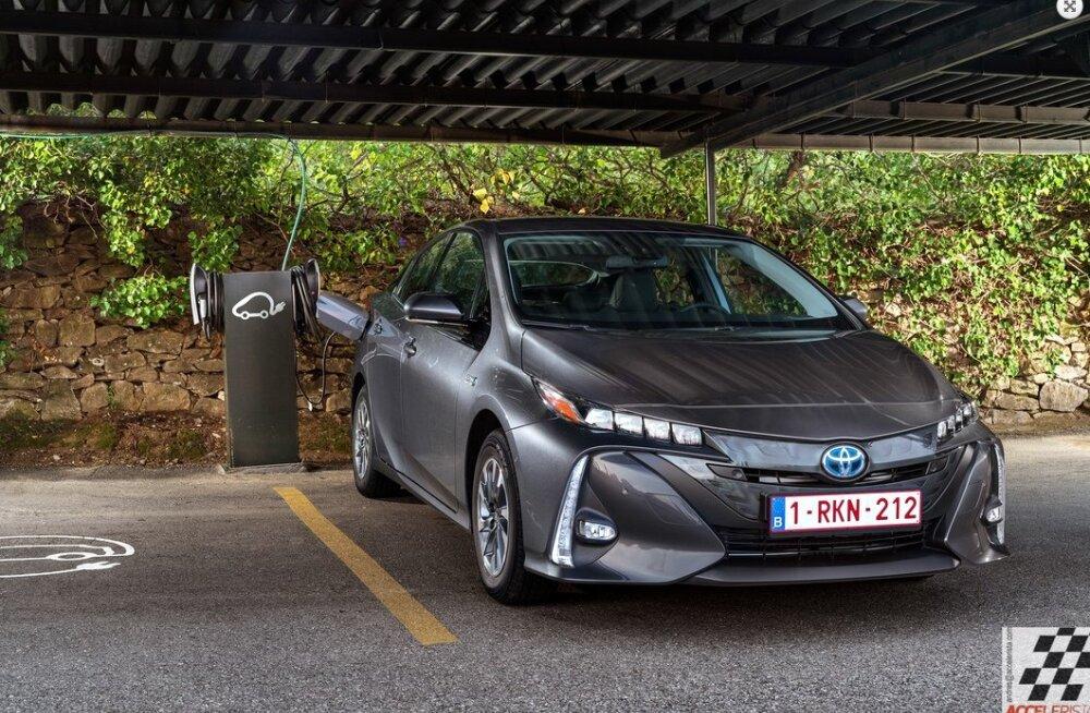 Toyota tahab päikest võtta – Pistik-Priusel on päikesepaneelidest katus