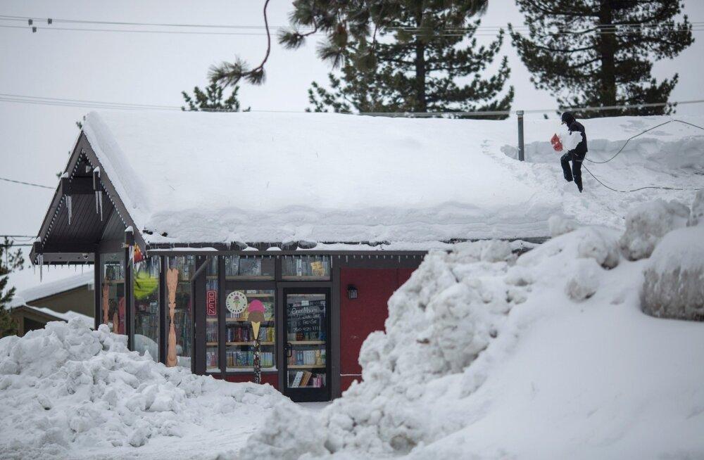 Californias Mammoth Lakesis asuv kauplus on hädas juba katuseni kerkinud hangedega.