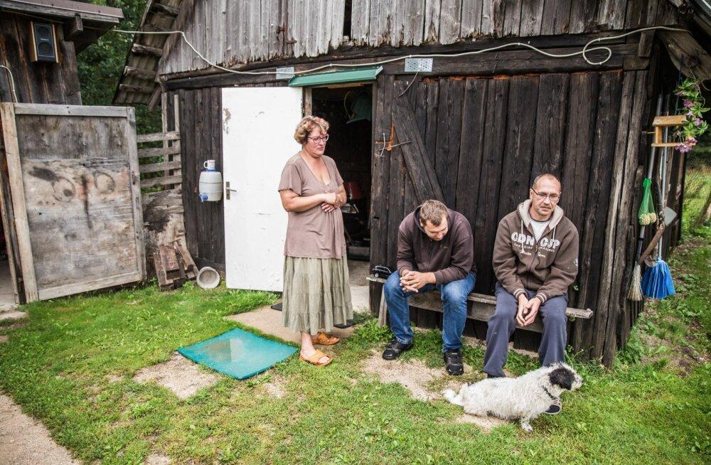 Merle (vasakult), Madis ja Margus Aaspere oma koduhoovis. Tervisega kimpus pere ootab Jõgeva vallalt sotsiaalteenuseid, seni on kogu hoolduskoormus nende endi õlgadele pandud.