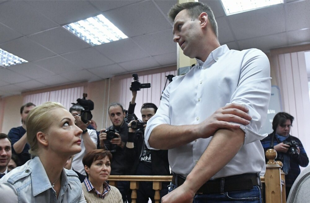 Navalnõi (seisab) abikaasa Julia (ees vasakul) pakkis talle igaks juhuks vanglasse mineku jaoks juba koti valmis.