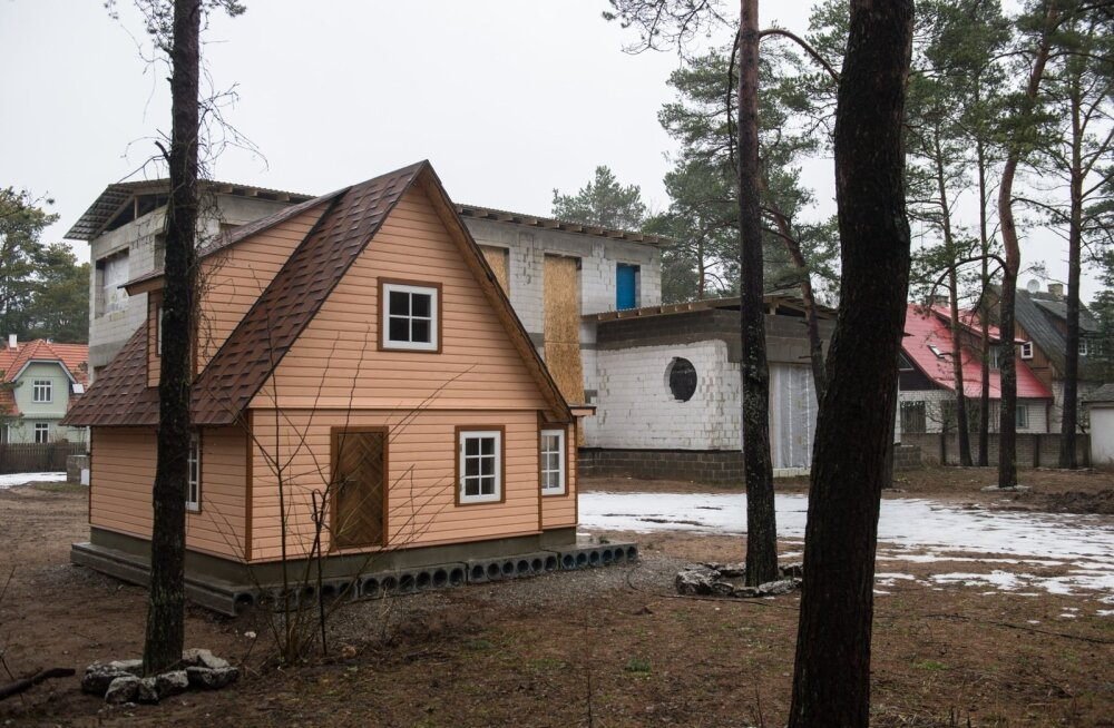 Tallinna ametnikud jõudsid järeldusele, et ettevõtja Vello Kunmani ebaseaduslikult Nõmmele ehitatud maja tuleb lammutada. Valmis ehitatud majakarbi säilitamiseks on omanikud ilmselt ametnike ülekavaldamise eesmärgil püstitanud krundile mängumaja mõõtu hoo