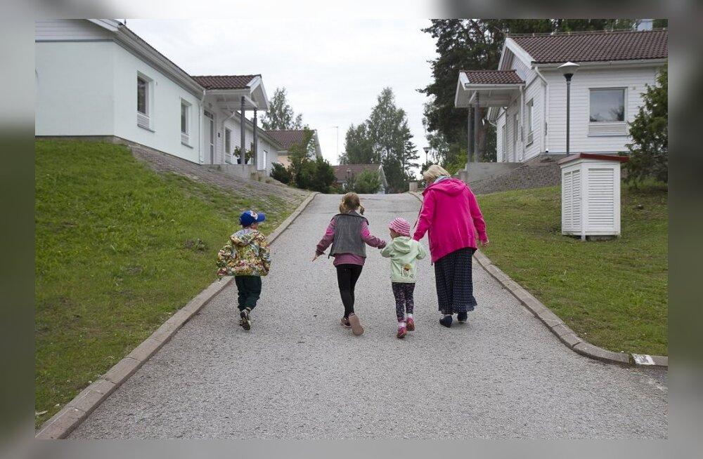 двух русских сучек имеют в деревне