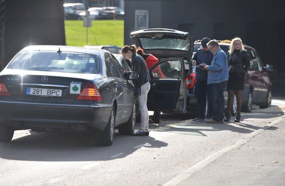 Pärnus sai ahelavariis viga 37-aastane naine, äkkpidurdust teinud bussis kukkus kaks reisijat