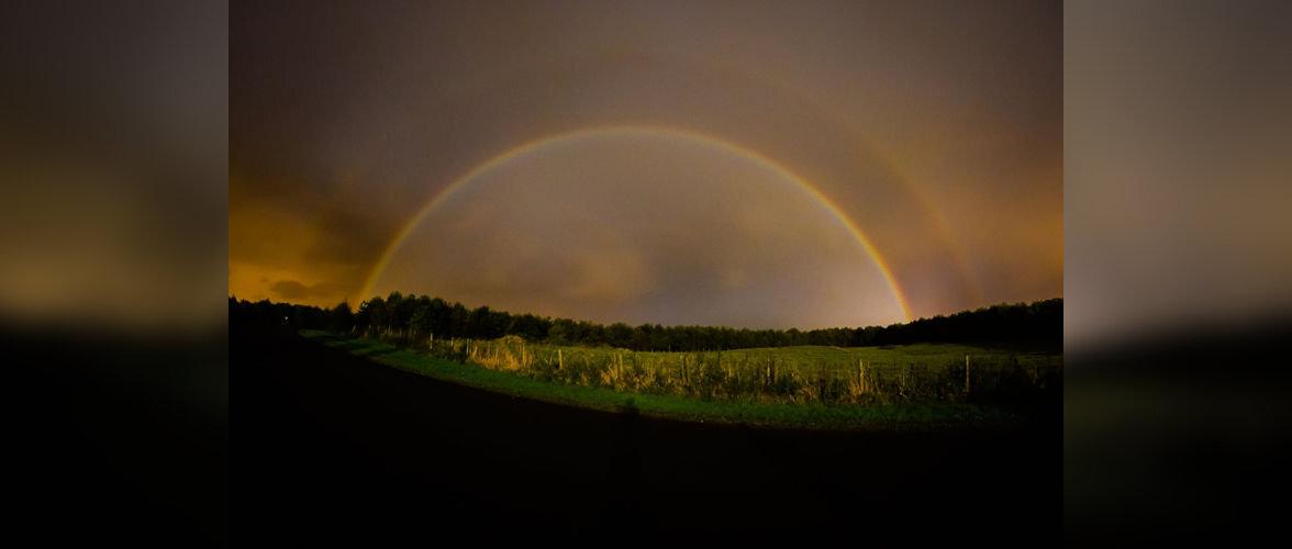 В небе северной Англии появилось редкое явление - лунная радуга