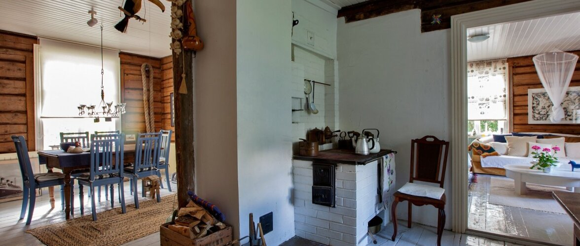 Vaheseinteta ruumis on avarust. Õdusast köögist pääseb edasi kahelt poolt.