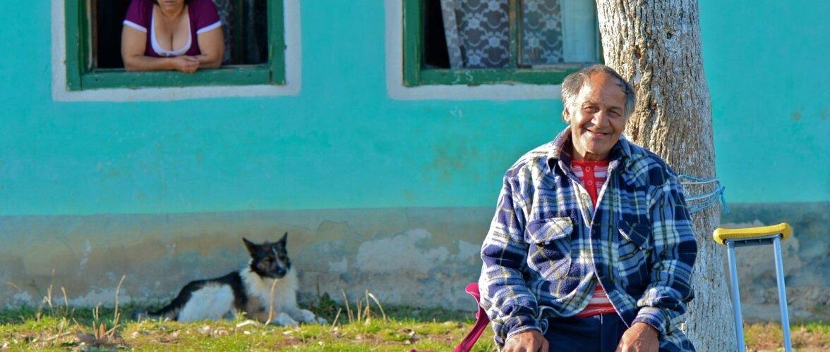 Reisikiri. RumeeniÜhe jalaga mees naise ja koeraga. Rumeenia, 2014