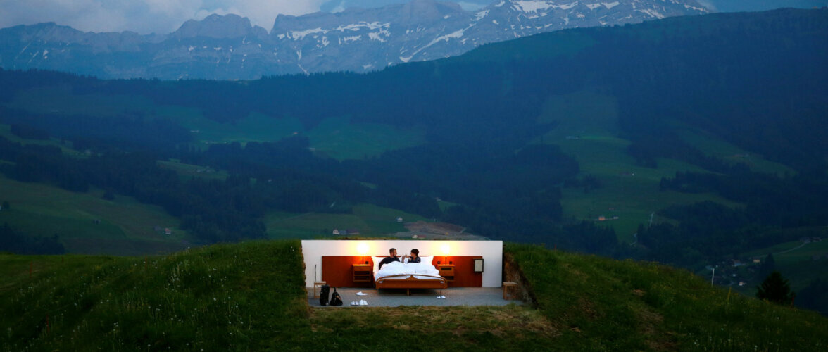 """Отель """"0"""" звезд вновь открылся в Швейцарии. Гости живут прямо на улице"""