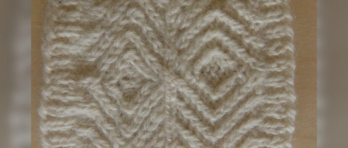 Viklid on reljeefsemad pahempidisel pinnal. Fotol on sarnaselt kootud motiivid parem- ja pahempidisel pinnal. Pahempidisel taustal (ülemised) olevad viklid on kootud keerdsilmustega, alumised (parempidisel taustal) tavasilmustega.