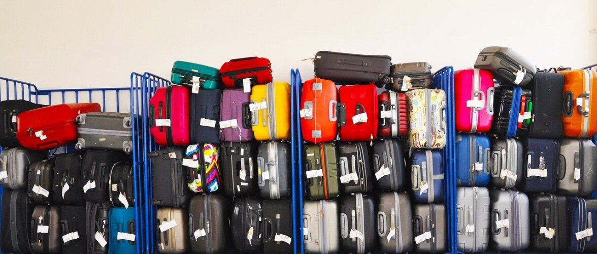 Сотрудник лучшего аэропорта в мире 3 месяца шутки ради менял багажные бирки