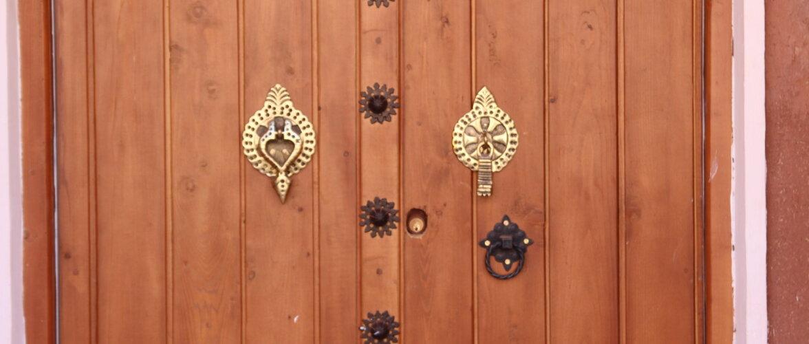 Загадка: Две необычные ручки на персидских дверях. Для чего?