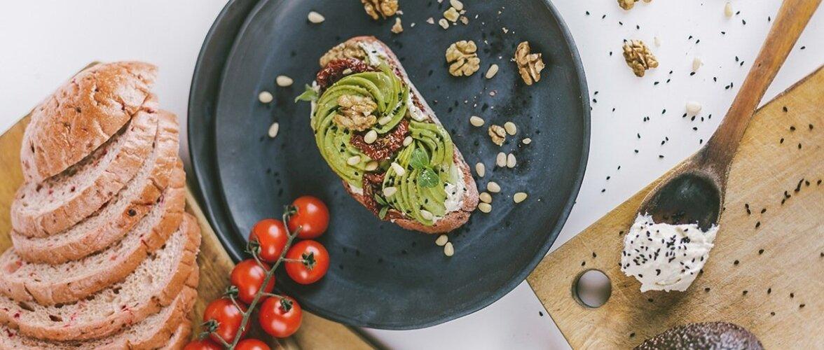 Avokaadost valmistatud võileivakate on maitsev ja tervislik.